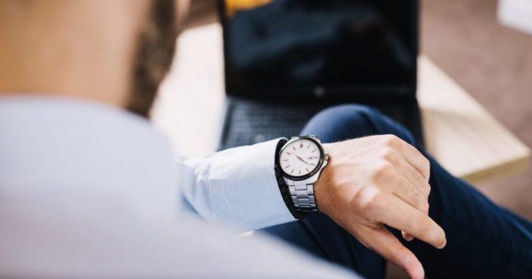 trabajador mirando el reloj para consultar la hora