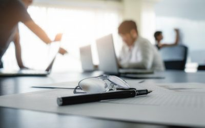 equipo de trabajo con documentos y pluma - asesoría jurídica pymes madrid