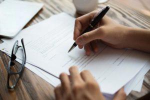 persona cumplimentando escrito