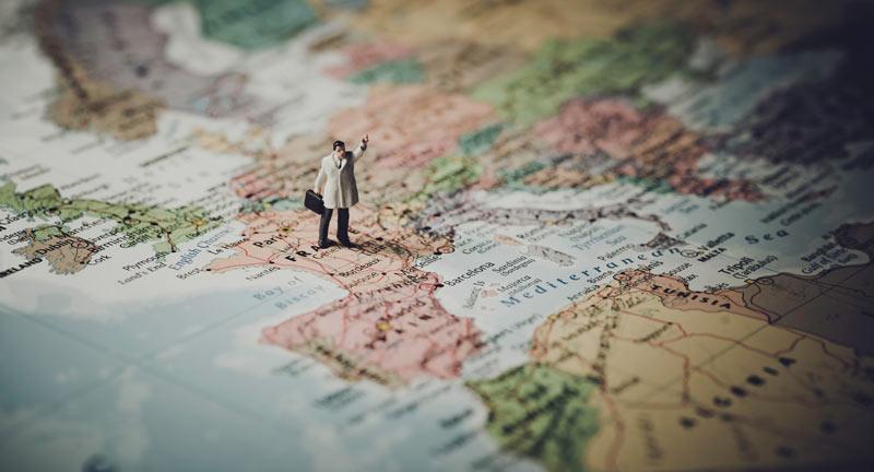 extranjeria - hombre caminando por el mapa de europa